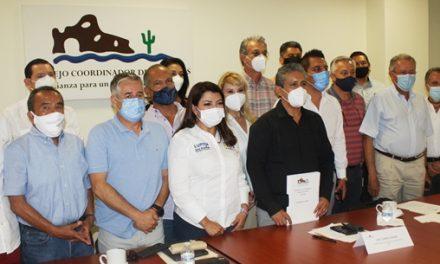 """Firma Lupita Saldaña documento """"Vamos por 10 y más"""" con el CCC"""